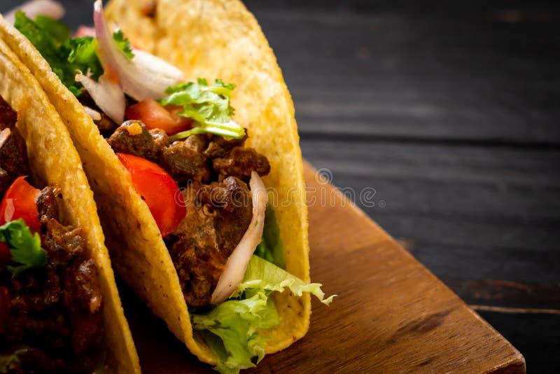 тако с мясом и овощами стоковые фотографии rf