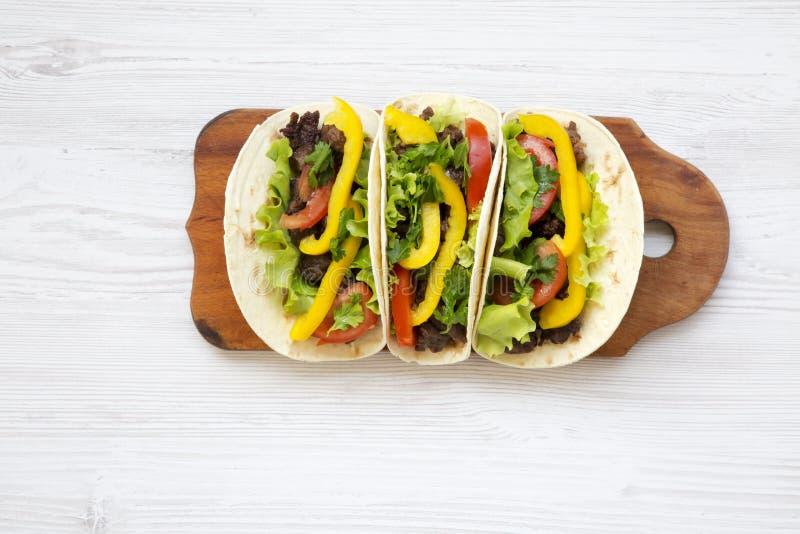 Тако с свининой и овощами Мексиканская кухня деревянное предпосылки белое стоковое фото rf