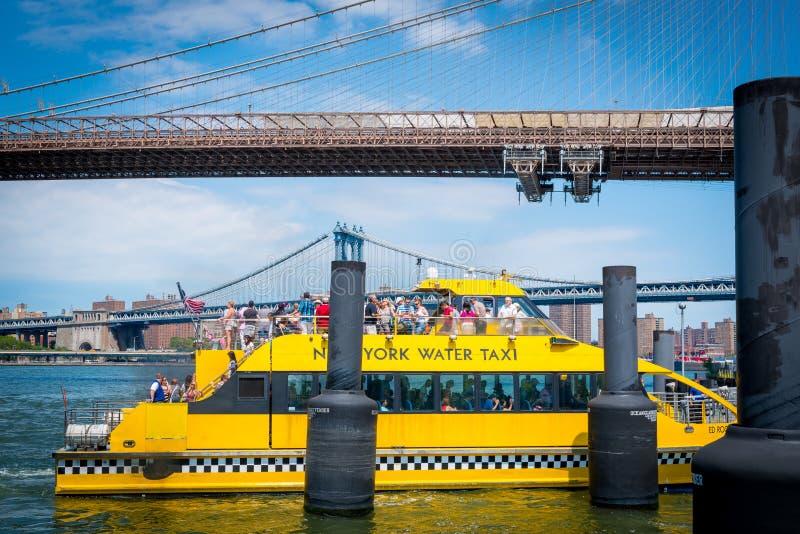 Такси Бруклинского моста и воды стоковые фотографии rf