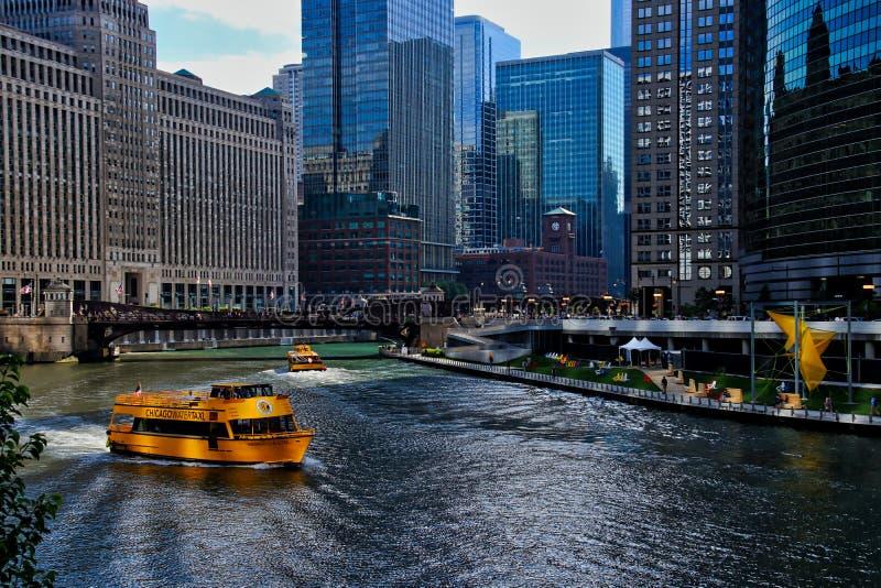 Такси воды носят регулярные пассажиров пригородных поездов часа пик утра через Реку Чикаго, с взглядом искусства и кресел для отд стоковое фото rf