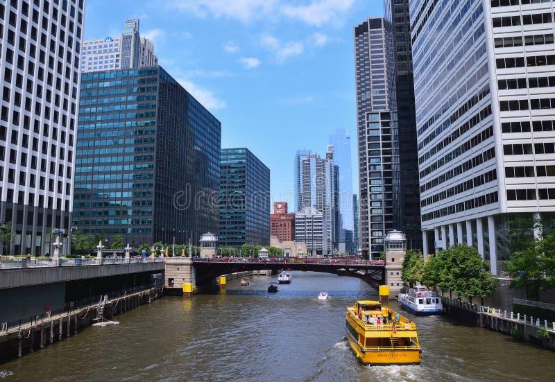 Такси воды Чикаго на Реке Чикаго внутри к центру города стоковые изображения