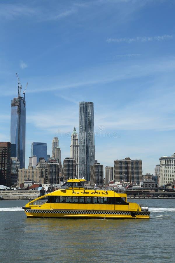 Такси воды Нью-Йорка при горизонт NYC увиденный от парка Бруклинского моста стоковое изображение