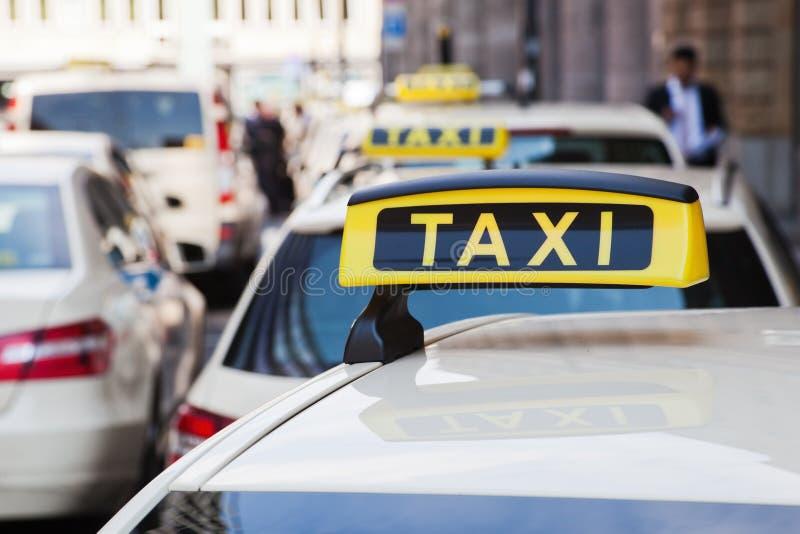 Такси в городе стоковое изображение