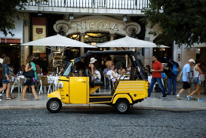 Такси желтого tuk-tuk туристское в Лиссабоне, Португалии стоковое фото
