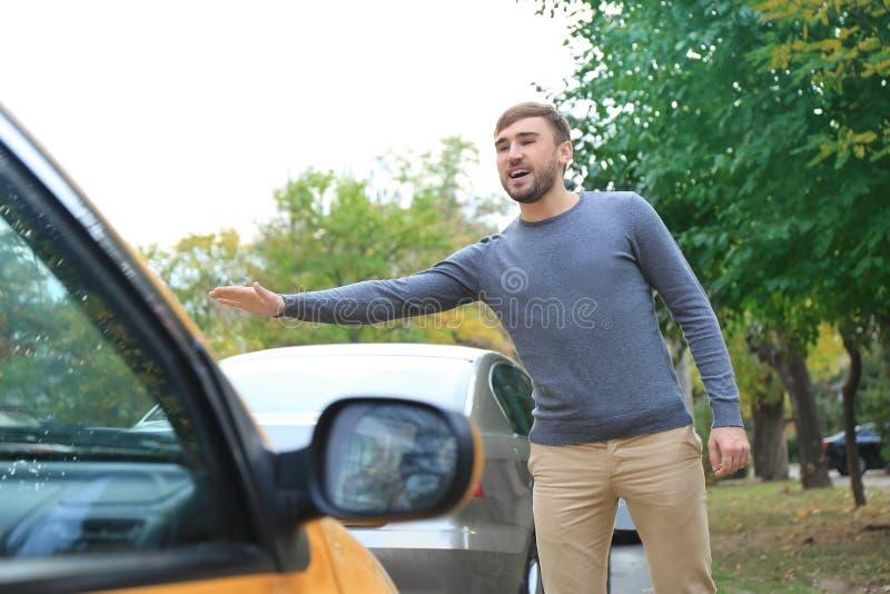 Такси молодого человека заразительное стоковые изображения