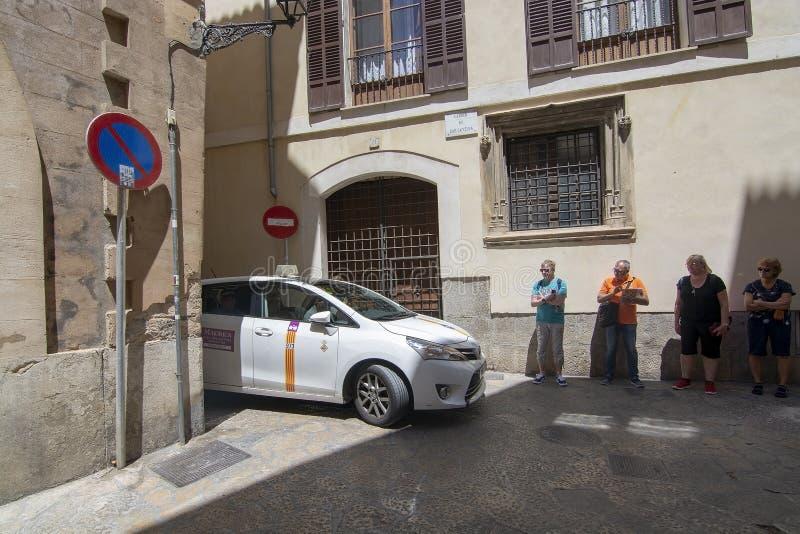 Такси причаливая городку Palma узкого переулка старому стоковые изображения rf