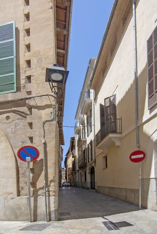 Такси причаливая городку Palma узкого переулка старому стоковые фото