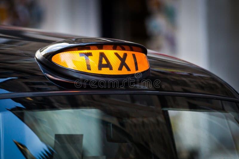 Таксомотор подписывает внутри Великобританию стоковые фотографии rf