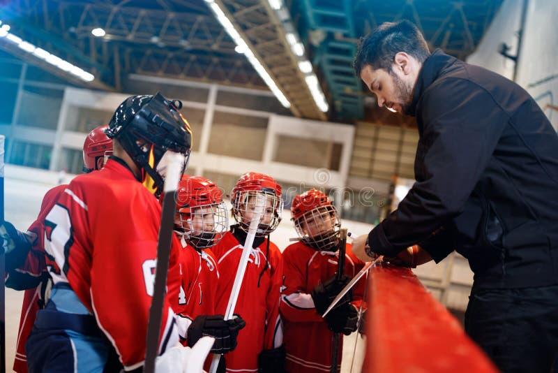 Тактик стратегии игры в хоккее стоковые фото