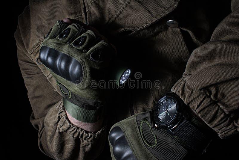 Тактический электрофонарь приведенный и военный дозор стоковое фото