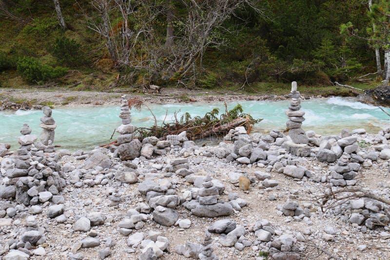 Так называемое Steinmanderl на истоках реки Изара, светя в гениальном свете - голубом цвете стоковое изображение