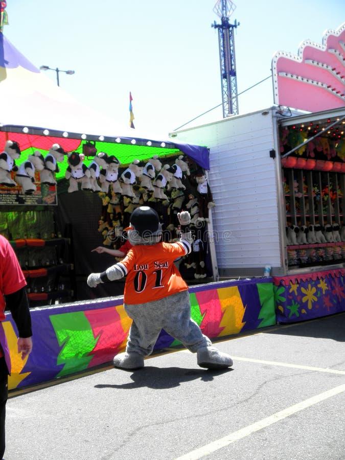 Талисман Сан-Франциско Джайентс уплотнения Lou бросает шарик на игру масленицы на Fai стоковые фото