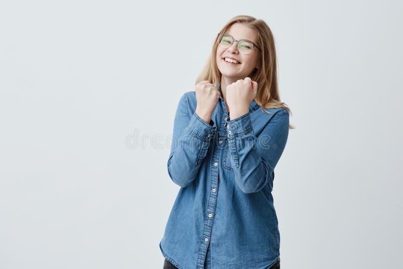 Талия вверх по портрету восхитительной усмехаясь счастливой девушки при eyeglasses одетые в рубашке джинсовой ткани, обхватывает  стоковые изображения rf