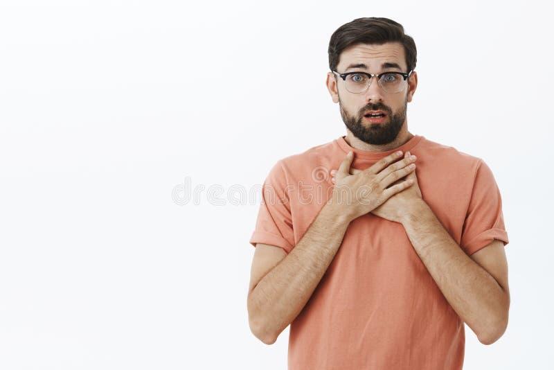 Талия-вверх снятая обеспокоеного очаровательного друга гея в стеклах с бородой задыхаясь от слуха удара и сопереживания ужасного стоковые изображения rf