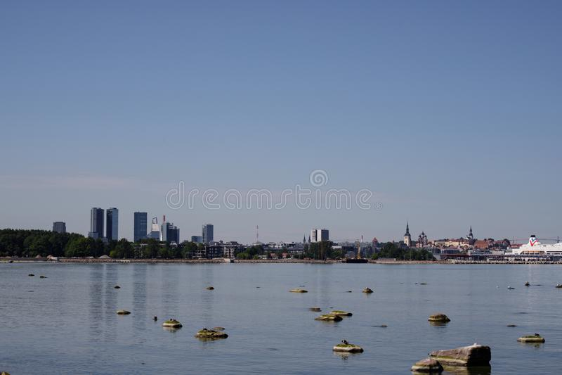 Таллин, Эстония Горизонт Таллина, голубого ясного неба на солнечном дне Взгляд от моря, Gulf of Finland стоковое фото