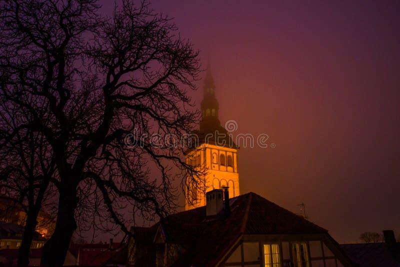 """Таллин, Эстония: Церковь St Nicholas """", kirik Niguliste Ландшафт ночи с освещением стоковая фотография"""