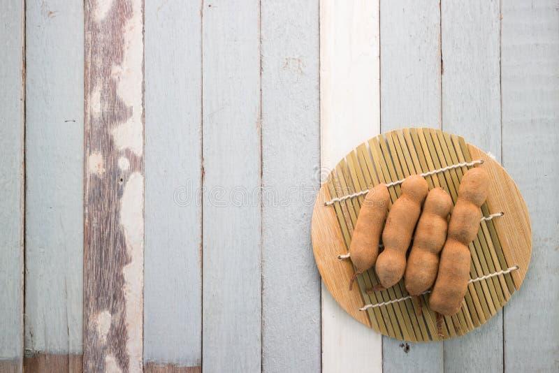 Тамаринд на деревянной таблице стоковые фотографии rf