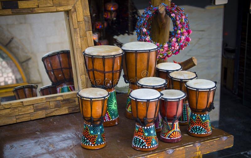 Тамбурин Африки на столе стоковые изображения rf