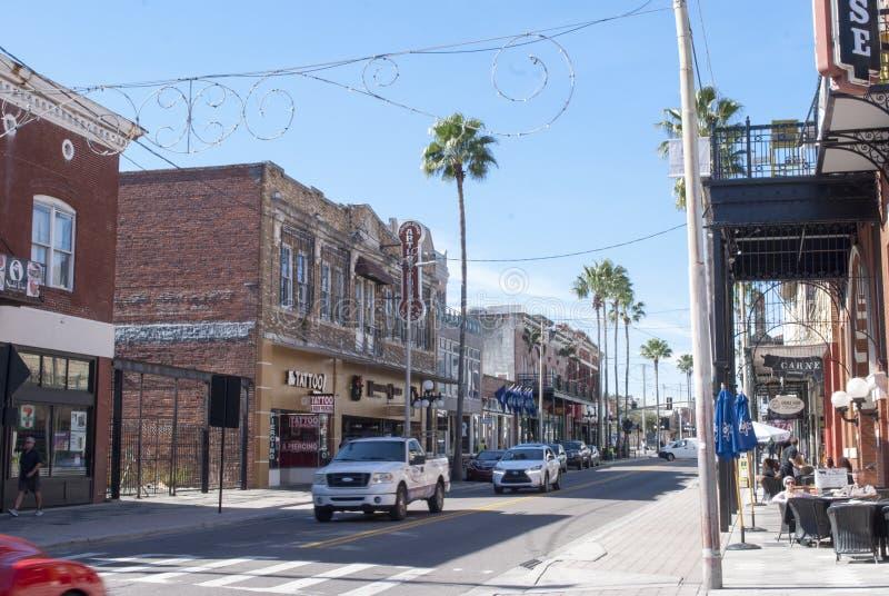 Тампа, улица города Ybor известная седьмая с магазинами, ресторанами, автомобилями, идти людей стоковое изображение rf