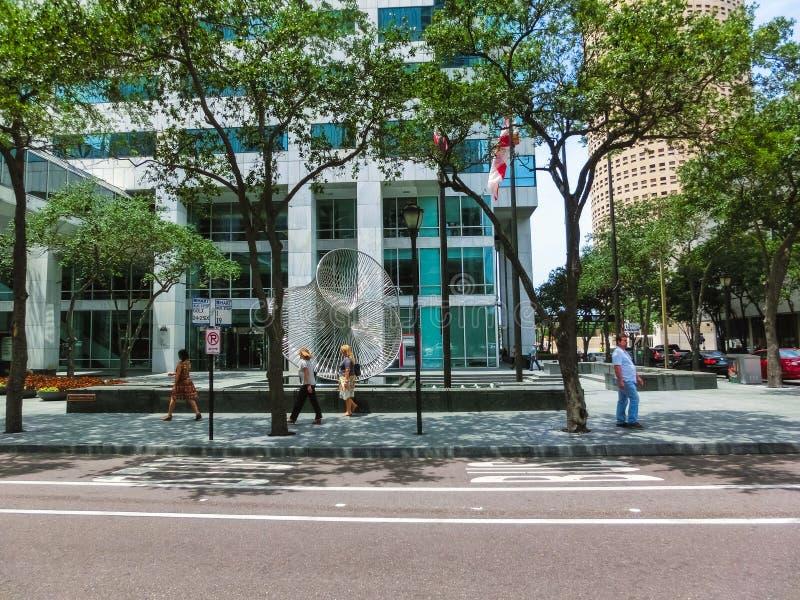 Тампа, Флорида, Соединенные Штаты - 10-ое мая 2018: Улица и автомобили в центре города Тампа, Флориды, Соединенных Штатов стоковые фотографии rf