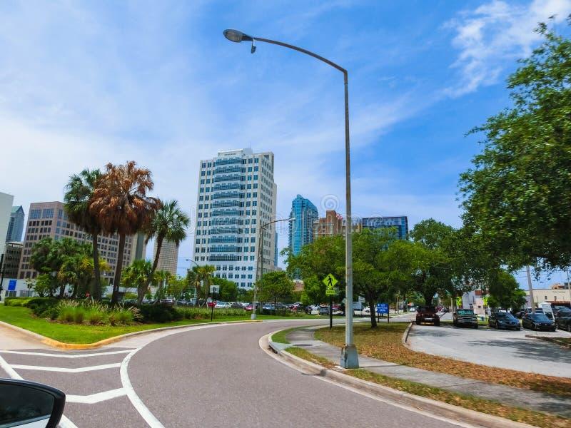 Тампа, Флорида, Соединенные Штаты - 10-ое мая 2018: Улица и автомобили в центре города Тампа, Флориды, Соединенных Штатов стоковые фото