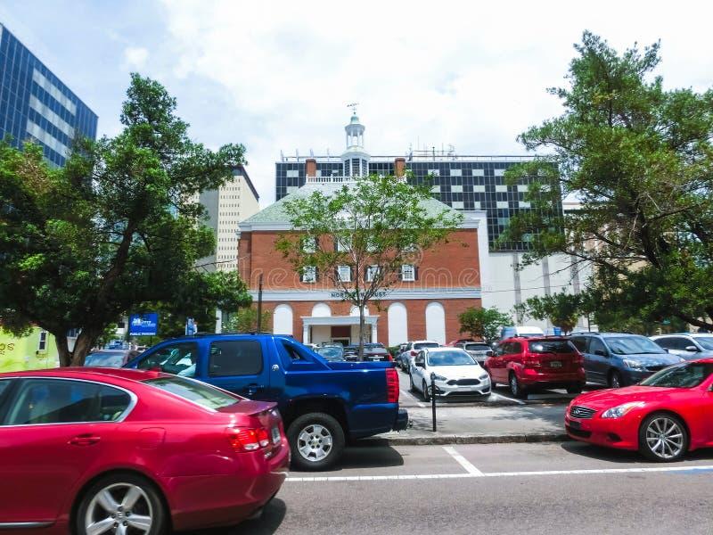 Тампа, Флорида, Соединенные Штаты - 10-ое мая 2018: Улица и автомобили в центре города Тампа, Флориды, Соединенных Штатов стоковое изображение