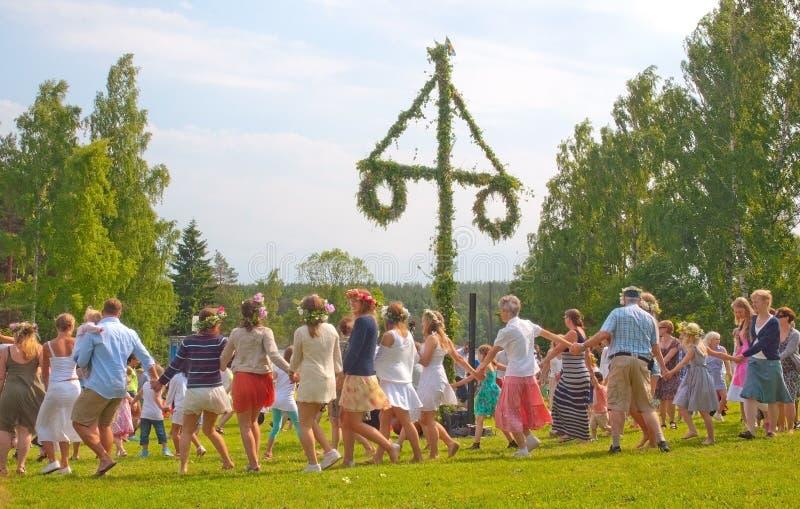 Танец вокруг поляка середины лета стоковые изображения