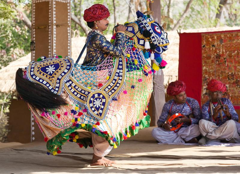 Танец лошади Rajasthani индийских танцев человека классический традиционный в государстве Раджастхана, Индии стоковые изображения rf