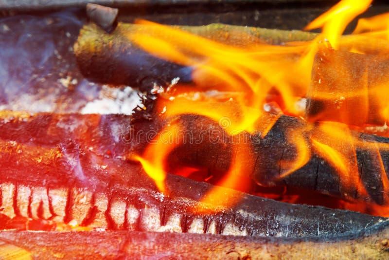 Танец пламен против темной предпосылки, деревянного горящего гриля в открытом огне стоковые изображения rf