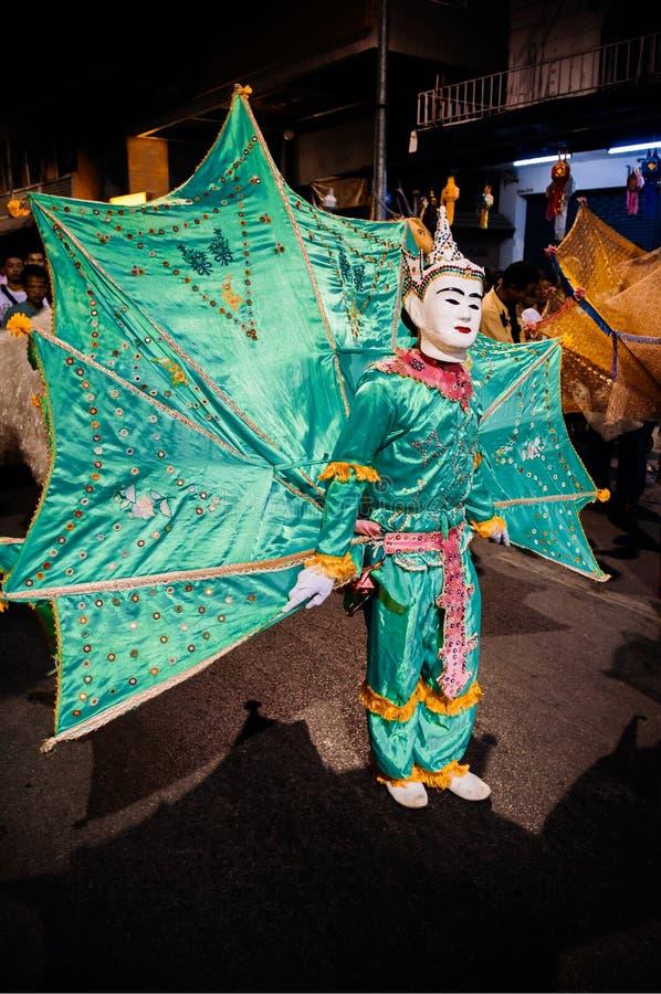 Танец птицы Ging птицы Kinnari стиля Tai Yai торжественный с bi рая стоковое изображение rf