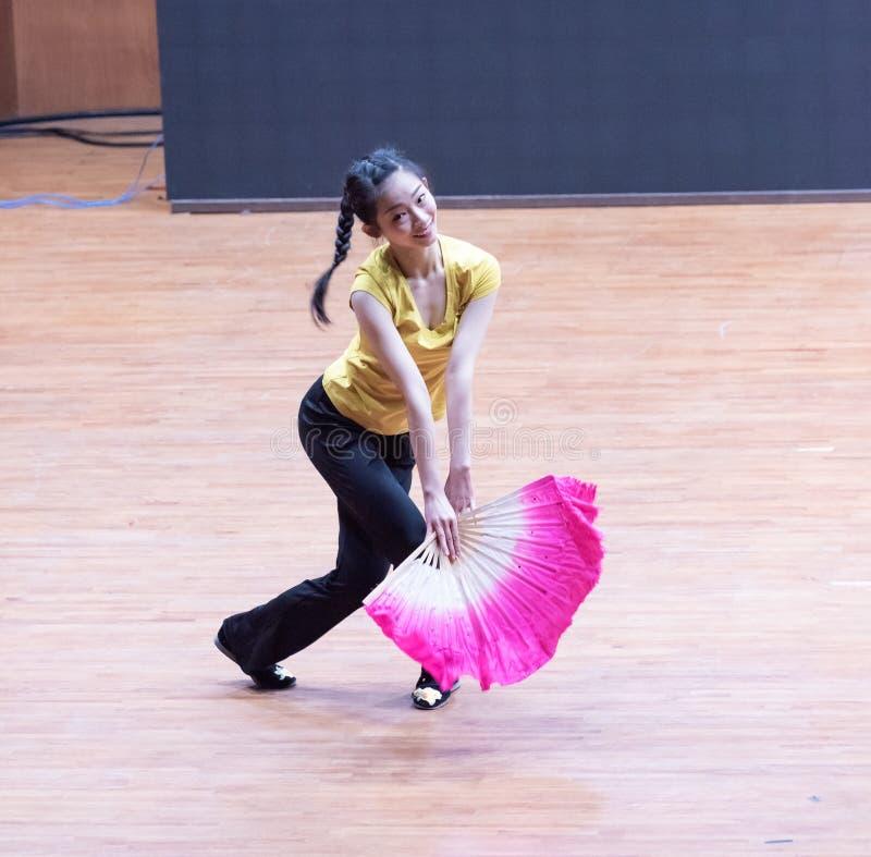 танец рудоразборки ведущего танцора 1-Tea - уча репетиция на уровне отдела танца стоковое изображение rf