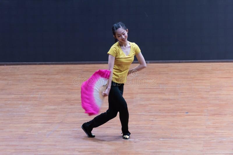 танец рудоразборки ведущего танцора 1-Tea - уча репетиция на уровне отдела танца стоковое фото rf