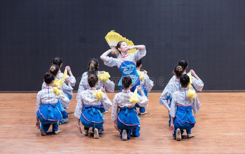 Танец рудоразборки девушки 1-Tea рудоразборки чая - уча репетиция на уровне отдела танца стоковое изображение rf