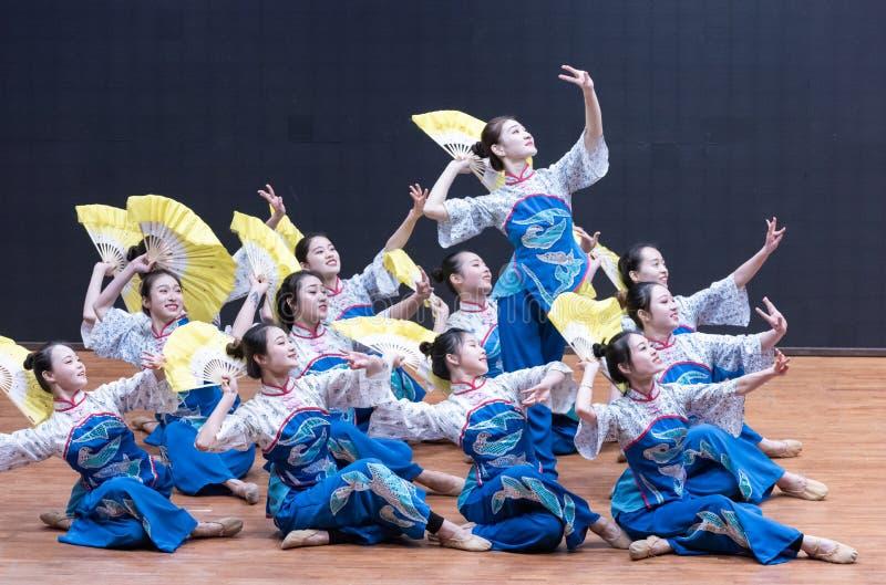 Танец рудоразборки девушки 2-Tea рудоразборки чая - уча репетиция на уровне отдела танца стоковое изображение