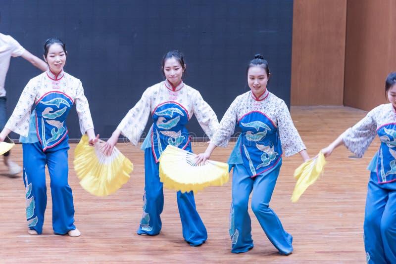 Танец рудоразборки девушки 3-Tea рудоразборки чая - уча репетиция на уровне отдела танца стоковые изображения rf
