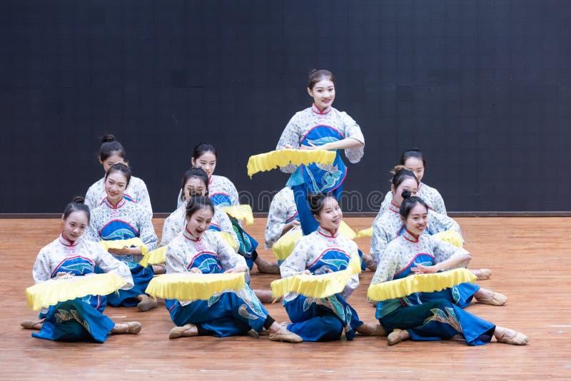 Танец рудоразборки девушки 4-Tea рудоразборки чая - уча репетиция на уровне отдела танца стоковое фото rf