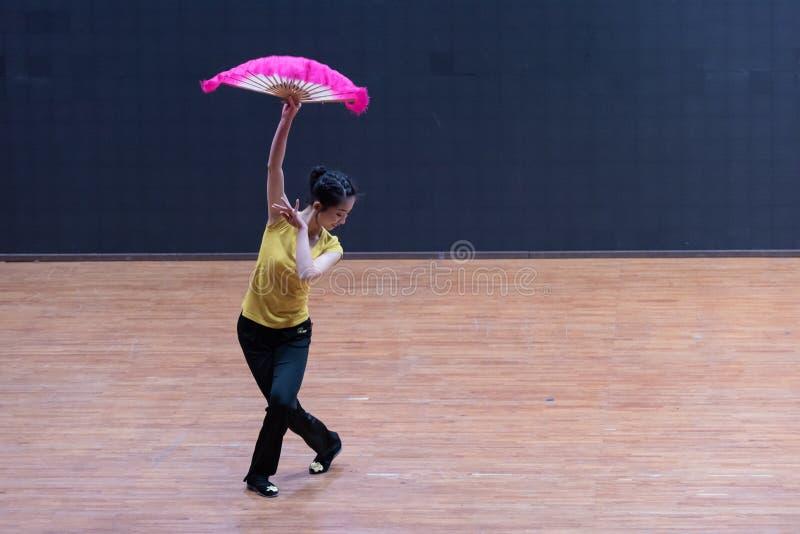 Танец рудоразборки танцора водя 3-Tea - уча репетиция на уровне отдела танца стоковое фото rf