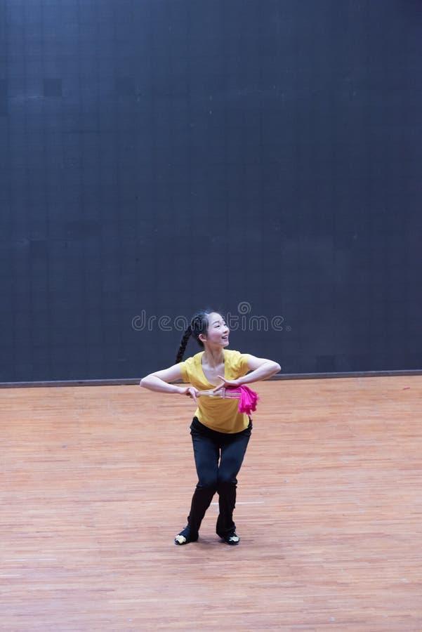 Танец рудоразборки танцора водя 4-Tea - уча репетиция на уровне отдела танца стоковые изображения