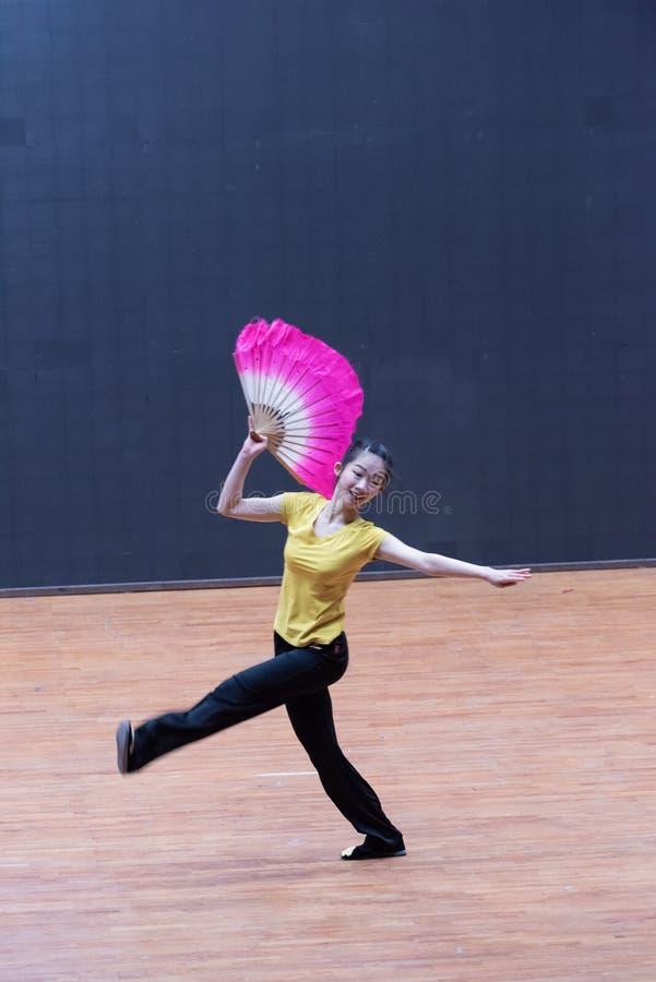 Танец рудоразборки танцора водя 5-Tea - уча репетиция на уровне отдела танца стоковая фотография