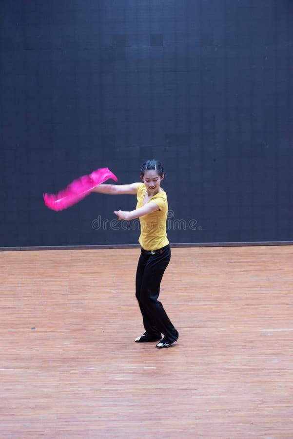 Танец рудоразборки танцора водя 6-Tea - уча репетиция на уровне отдела танца стоковые изображения rf