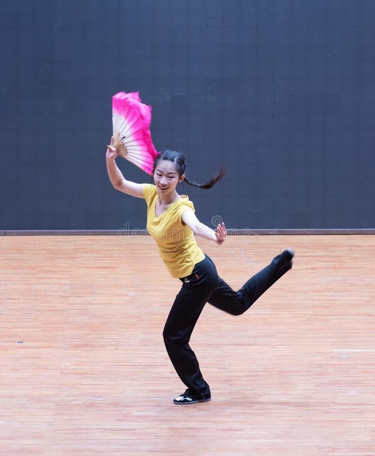 Танец рудоразборки танцора водя 5-Tea - уча репетиция на уровне отдела танца стоковые изображения rf