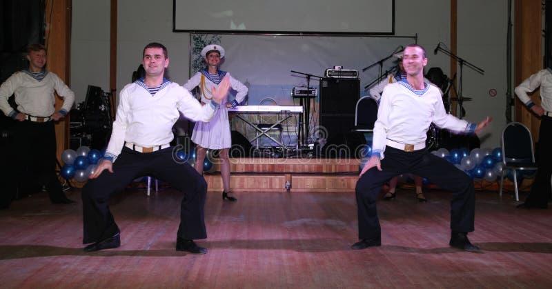 Танец яблочко выполнило танцорами, актеры матроса труппы концертного зала положения Санкт-Петербурга стоковое фото