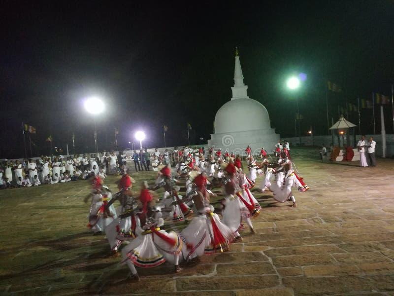 Танец srilankan культурный в виске Ruwanwalisaya Буддийское место Этот танец очень красивый и танец populer стоковые изображения