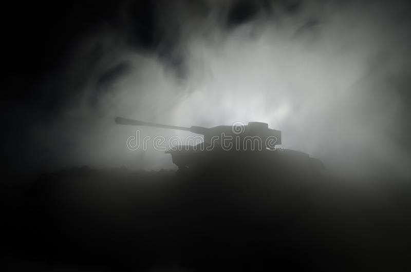 Танки в зоне конфликта Война в сельской местности Силуэт танка на ноче Батальная сцена стоковые изображения rf