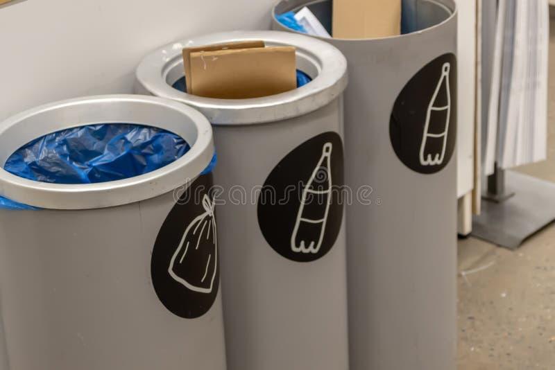 Танки для отброса, сбора мусора стоковая фотография rf