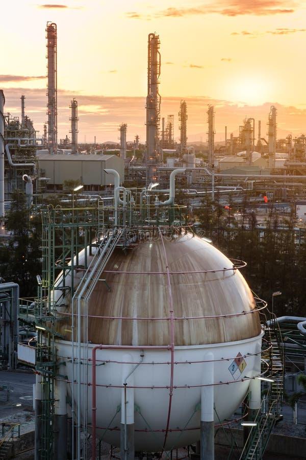 Танк сфер газохранилища в заводе нефтеперерабатывающего предприятия на восходе солнца стоковое изображение