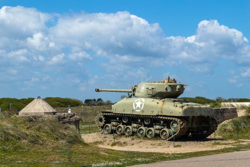 Танк Шермана на пляже Нормандии Франции Юты стоковые фотографии rf