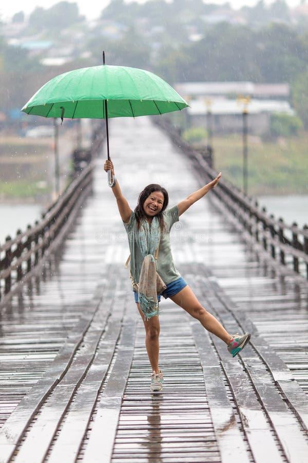 Танцевать в дожде стоковая фотография