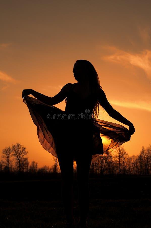 Танцевать на заходе солнца стоковое фото