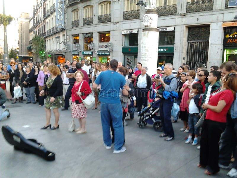 Танцевать на квадратном Puerta del Sol стоковое фото